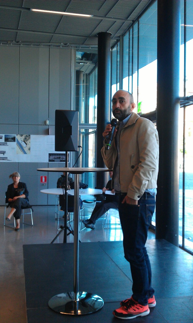 Jesús Azpeitia Seron, projektledare på KTH, presenterar de utställda förslagen