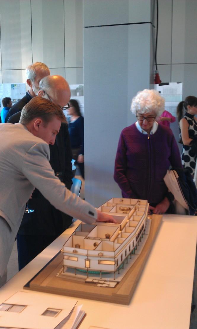 Nils Gustafsson visar sin modell för intresserade utställningsbesökare